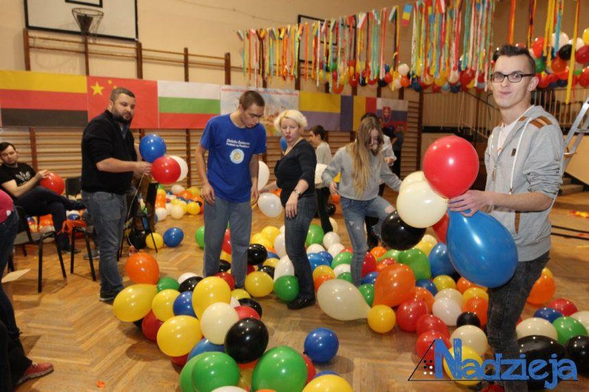 Dobra zabawa i współpraca przy dekorowaniu sali na Andrzejki